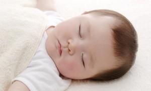 Các mốc phát triển của bé trong năm đầu đời